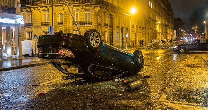 Automobile ribaltato dopo le proteste dei gilet gialli a Parigi