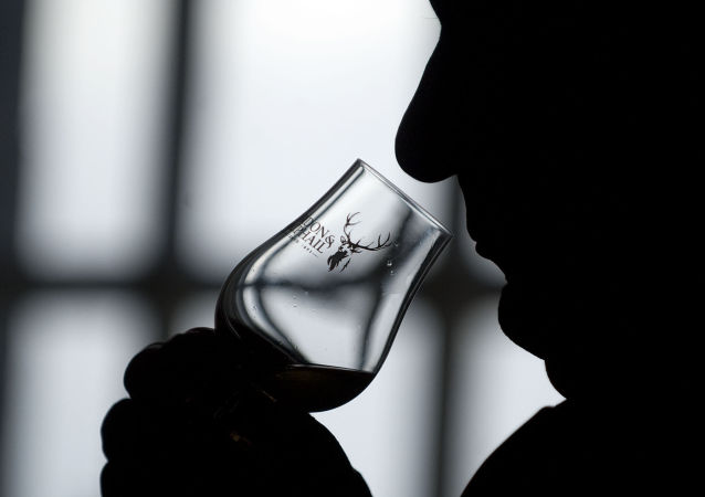 Uomo beve whisky scozzese