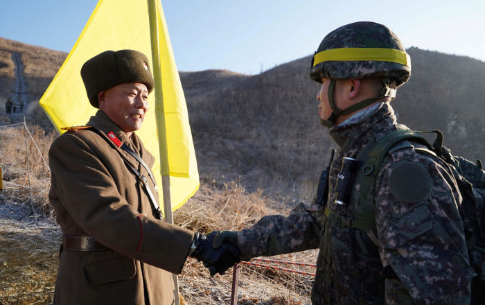 I soldati delle due Coree si incontrano al confine