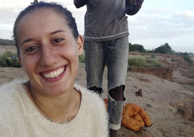 Silvia Costanza Romano, volontaria italiana rapita in Kenya (a sinistra)