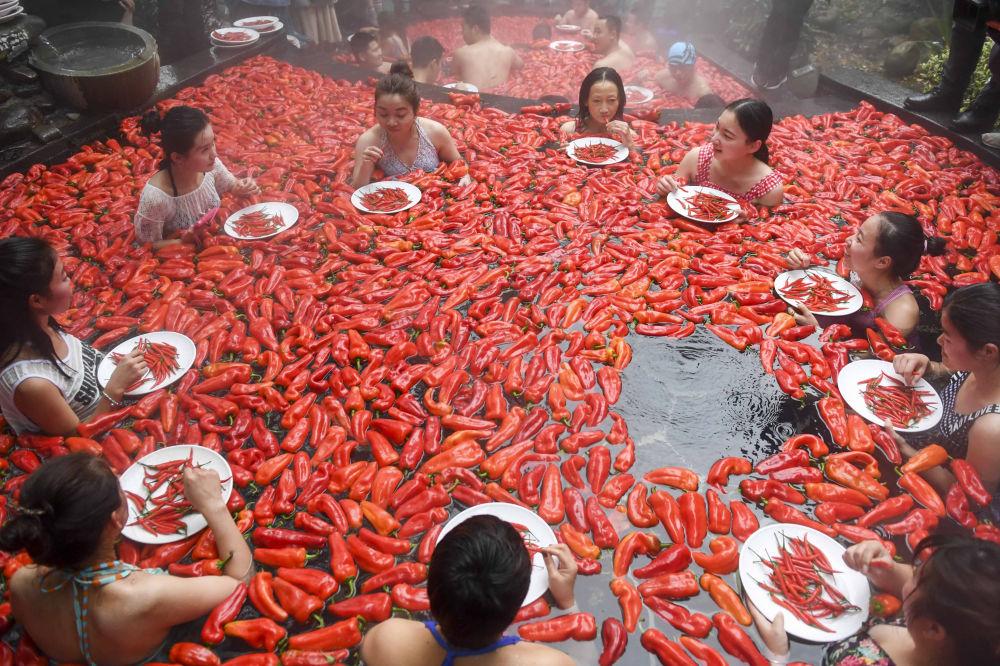 Il competizione del mangiare il pepperoncino in un sorgente termale in Cina