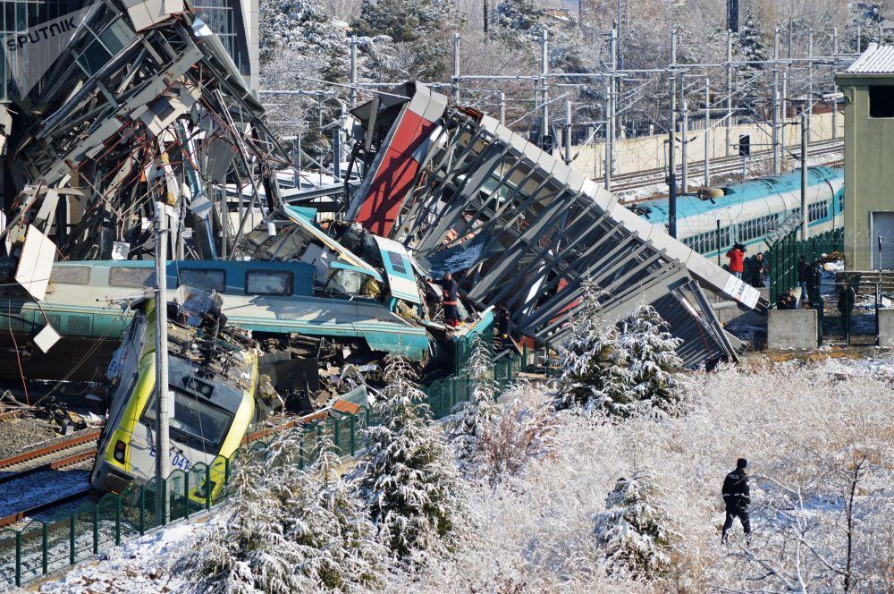 Un treno ad alta velocità è deragliato ad Ankara, Turchia.