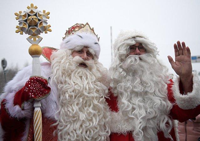 I babbi Natale russo e finlandese, Nonno Gelo e Joulupukki, si sono incontrati al confine tra Russia e Finlandia