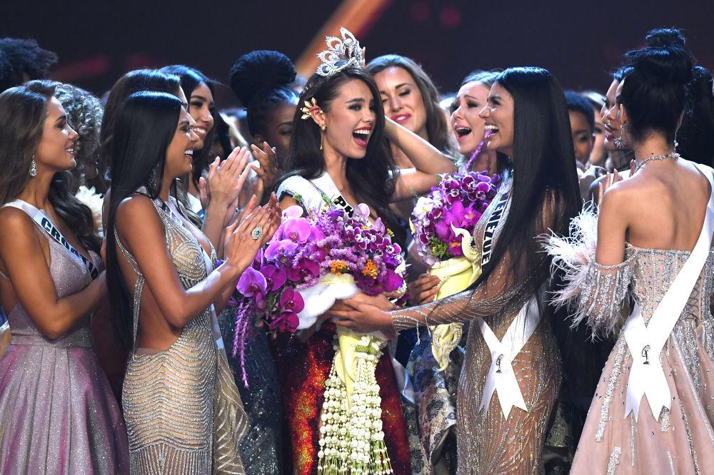 La nuova Miss Universo filippina Catriona Gray riceve i congratulazioni.