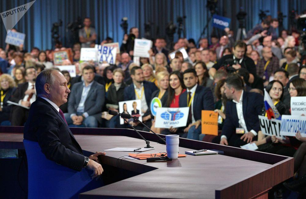 Il presidente russo Vladimir Putin risponde alle domande dei giornalisti nella tradizionale conferenza stampa di fine annoal Centro del Commercio Internazionale di Mosca.
