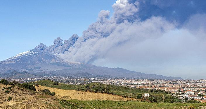 Nube di fumo all'Etna, il 24 dicembre 2018.
