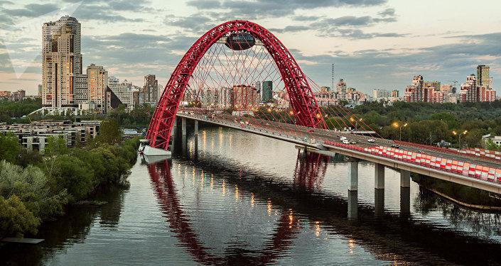 Ponte su affluente della Moscova in periferia nord-ovest