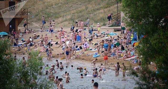 Bagnanti sulla Moscova in estate