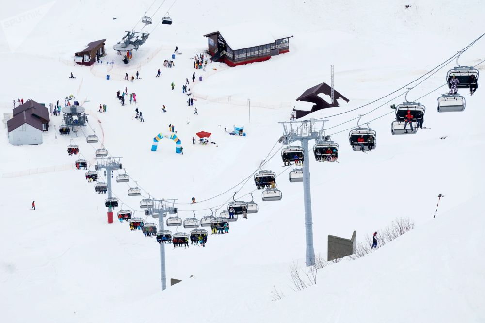 La stazione sciistia Gorki Gorod al territorio di Krasnaya Polyana a Sochi.