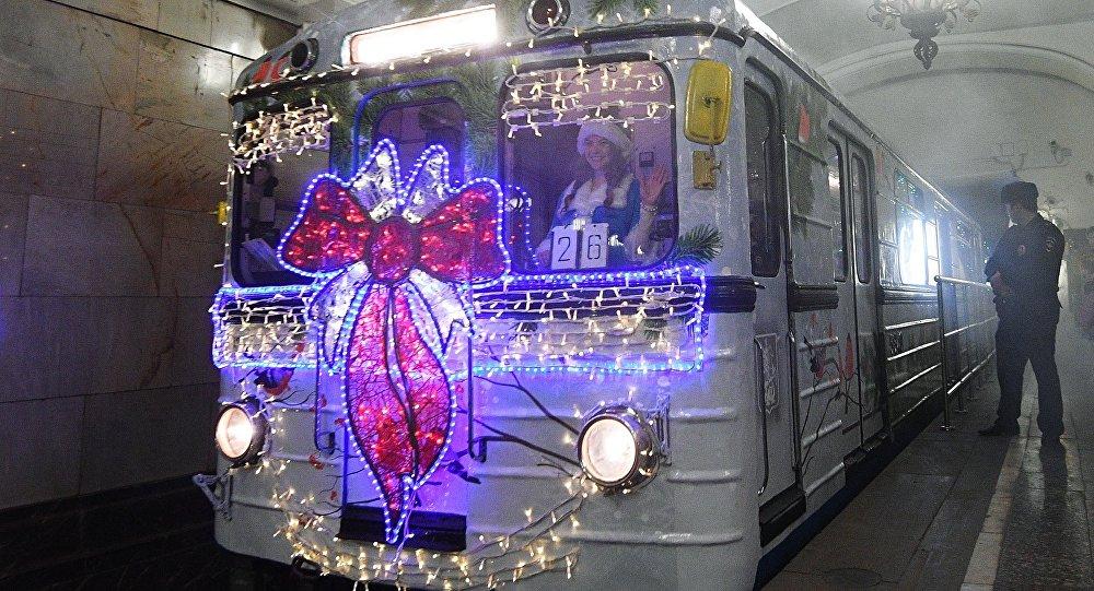Un treno natalizio della metropolitana di Mosca