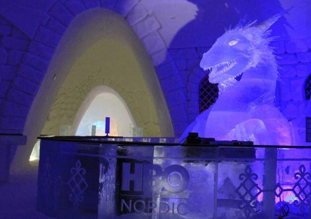 Dentro l'albergo di ghiaccio Snow Hotel dedicato alla serie tv Trono di Spade in Finlandia.