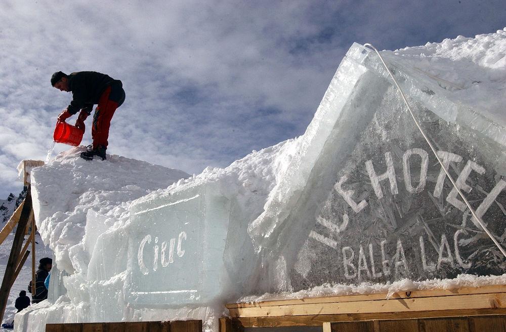 Costruzione di un albergo di ghiaccio nella Romania.