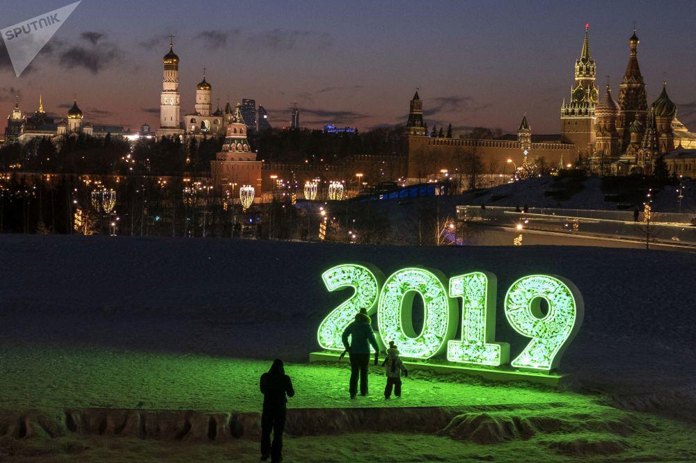 I visitatori del parco Zaryadye a Mosca.