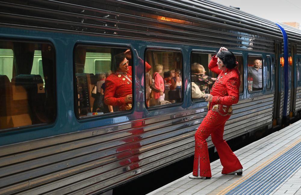 Un ammiratore di Elvis Presley visto alla Stazione centrale prima di prendere il treno verso il Parkes Elvis Festival a Sydney.