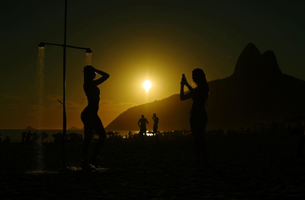 Alla spiaggia Ipanema a Rio de Janeiro, Brasile.