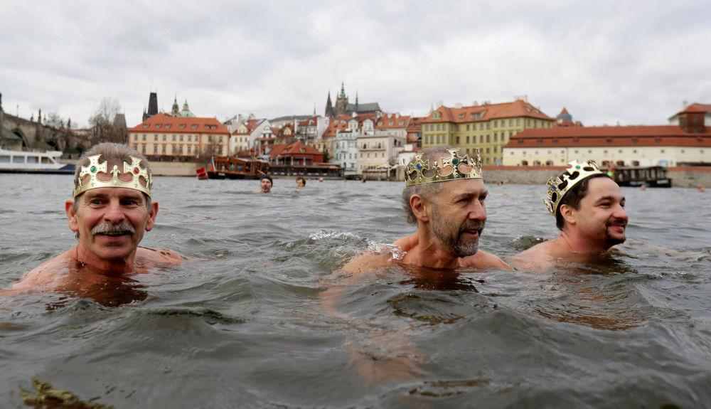 La nuotata tradizionale di Natale Tre re a Praga.