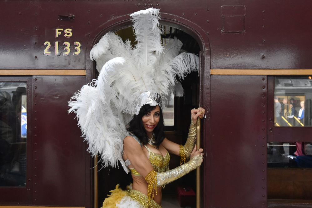 Un'ammirattrice di Elvis Presley vista alla Stazione centrale prima di prendere il treno verso il Parkes Elvis Festival a Sydney.
