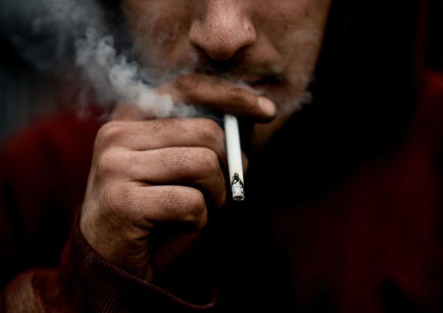 Un fumatore