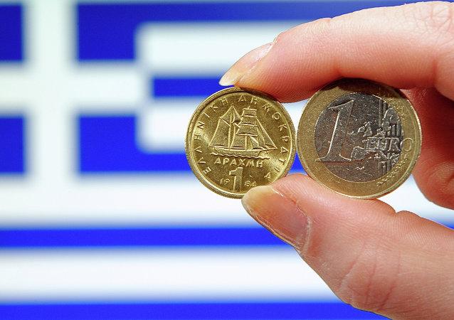 Una dracma e un euro davanti alla bandiera greca