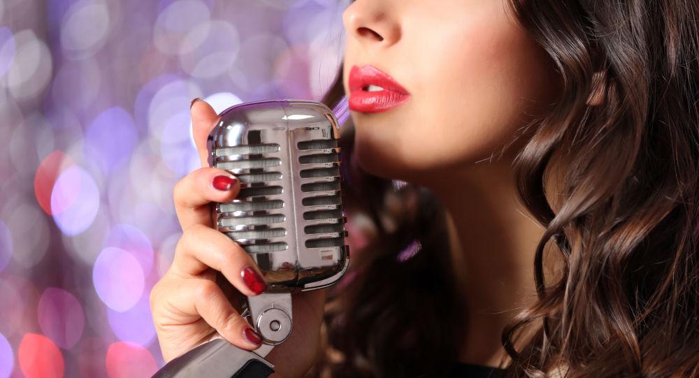 Ragazza con microfono