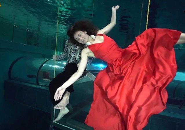 Ballano sott'acqua e senza ossigeno