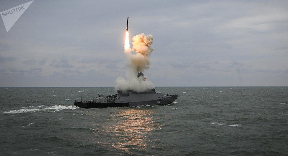 La nave Grad Sviyazhsk lancia il missile Kalibr