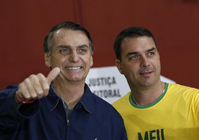 Jair Bolsonaro e suo figlio Flavio (foto d'archivio)