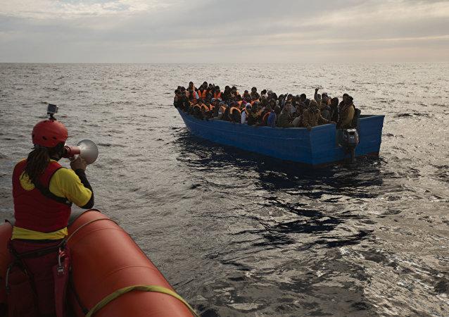 Migranti e rifugiati aiutati dai membri dell'ONG spagnola Proactiva Oper Arms nel mar Mediterraneo nei pressi di Libia (foto d'archivio)