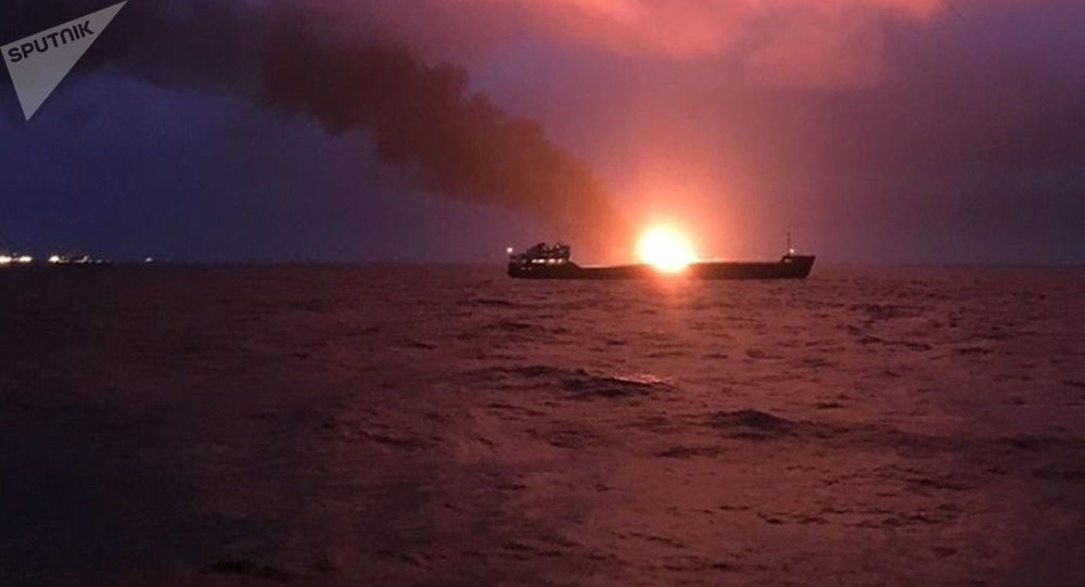Due navi in fiamme al largo della Crimea: 14 morti