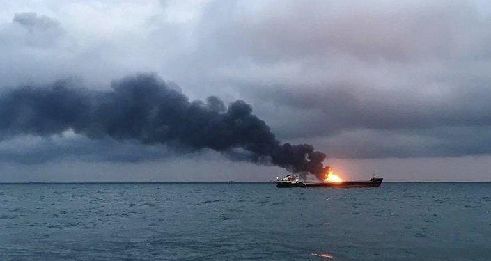 Due navi in fiamme vicino alla Crimea - Europa