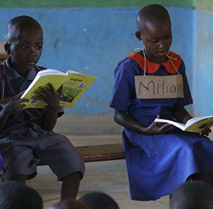 La first lady Melania Trump insieme a degli scolari in una scuola del Malawi