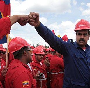 Il presidente venezuelano Maduro insieme a dei lavoratori della compagnia petrolifera nazionale PDVSA