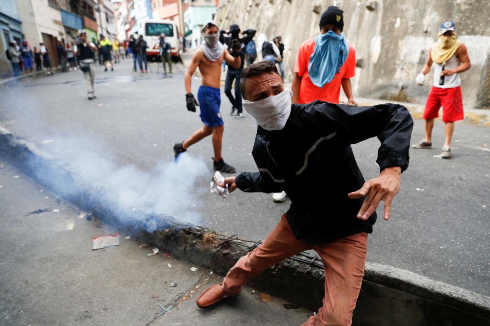 Gli scontri tra manifestanti e la polizia a Caracas, Venezuela.