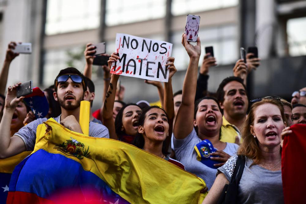 La manifestazione dei venezuelani a Buenos Aires a sostegno dell'autoproclamazione dal leader dell'opposizione Juan Guaidò come il presidente ad interim del Venezuela.