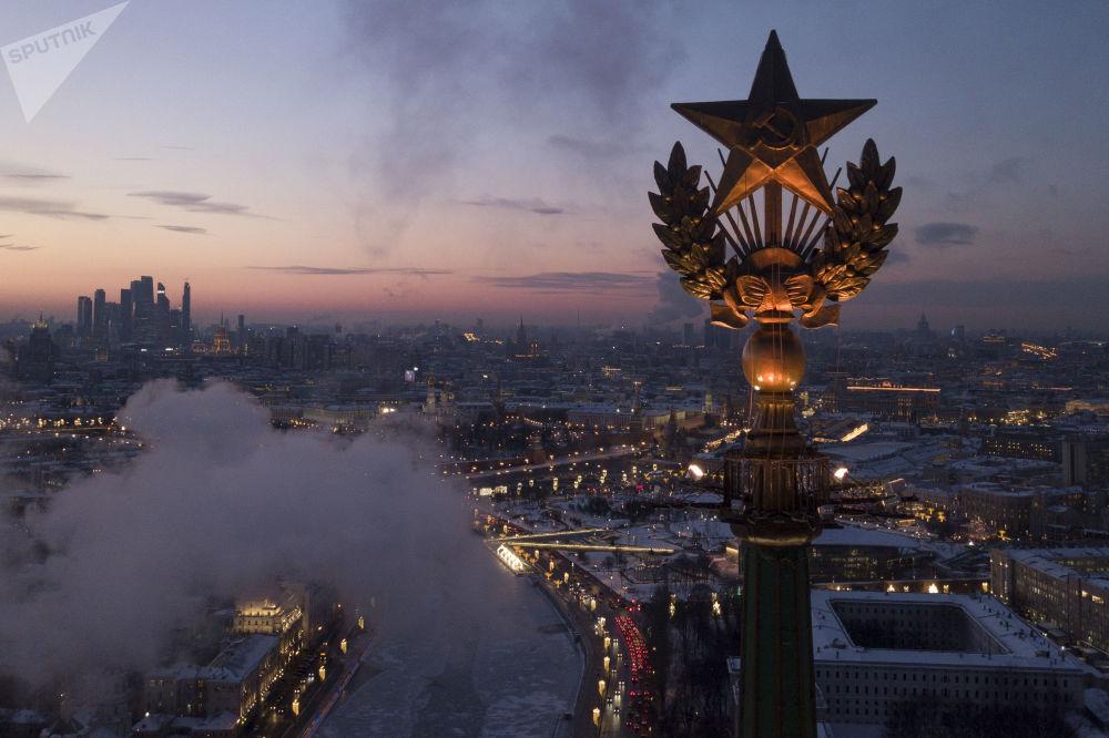 La stella sul tetto di un grattacielo a Mosca.