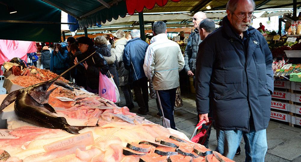 Un passante in un mercato di Venezia