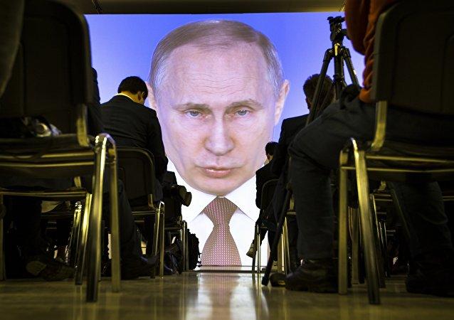 Giornalisti guardano il Discorso sullo stato della Nazione di Vladimir Putin, 1 marzo del 2018