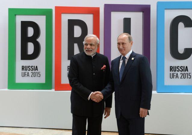 Presidente Vladimir Putin e premier indiano Narendra Modi al vertice BRICS di Ufa