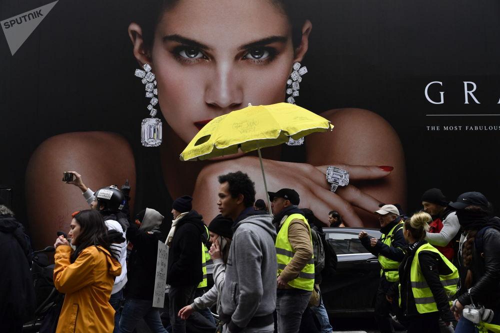 Partecipanti delle proteste dei gilet gialli a Parigi.