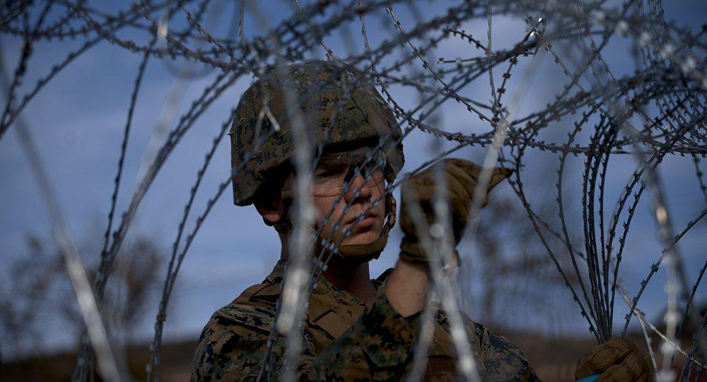 Un militare al confine tra gli USA e il Messico