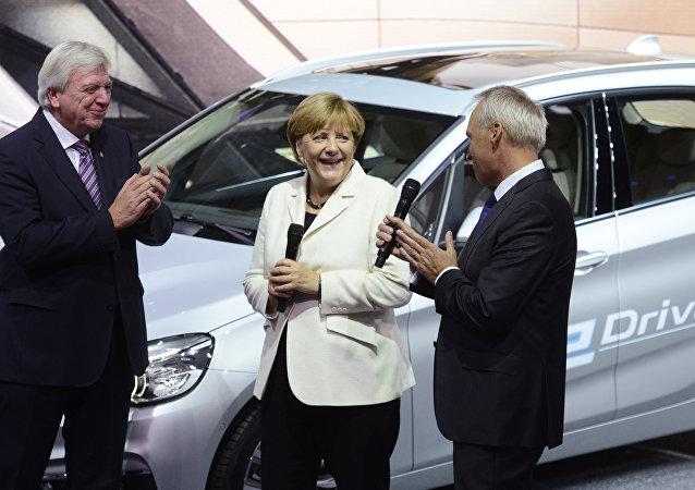 Angela Merkel parla con direttore finanziario della BMW Friedrich Eichiner