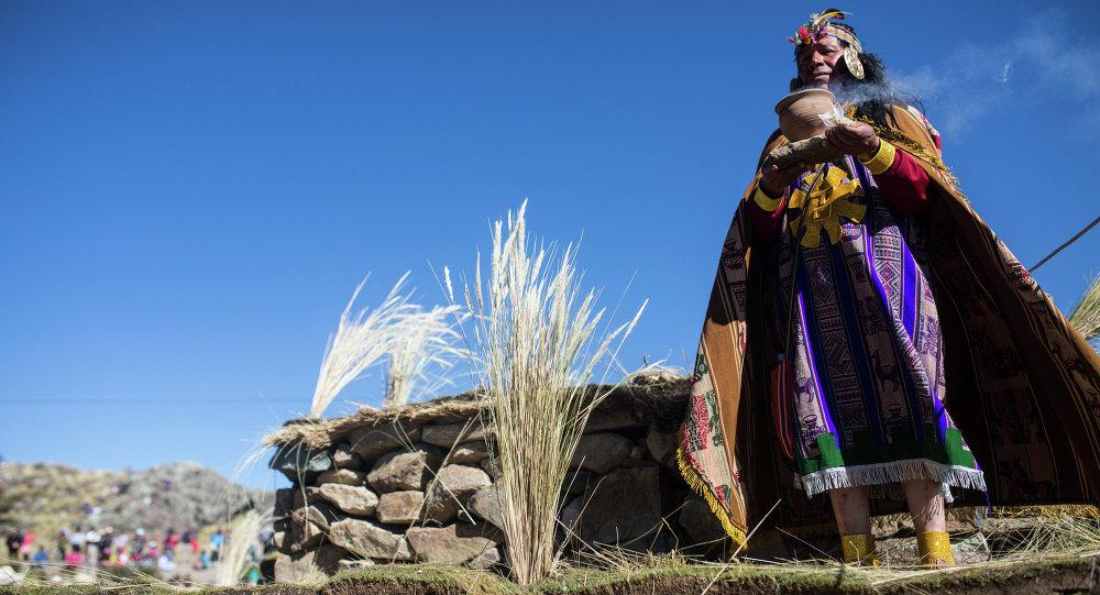 Indigeno peruviano vestito come re Inca