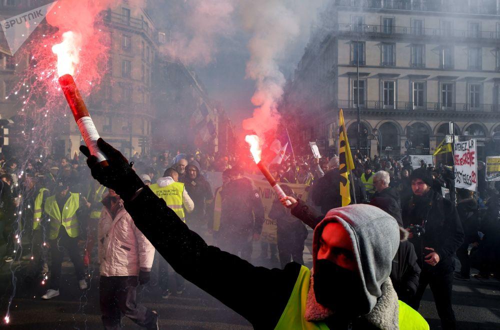 Gilet gialli durante le proteste a Parigi.