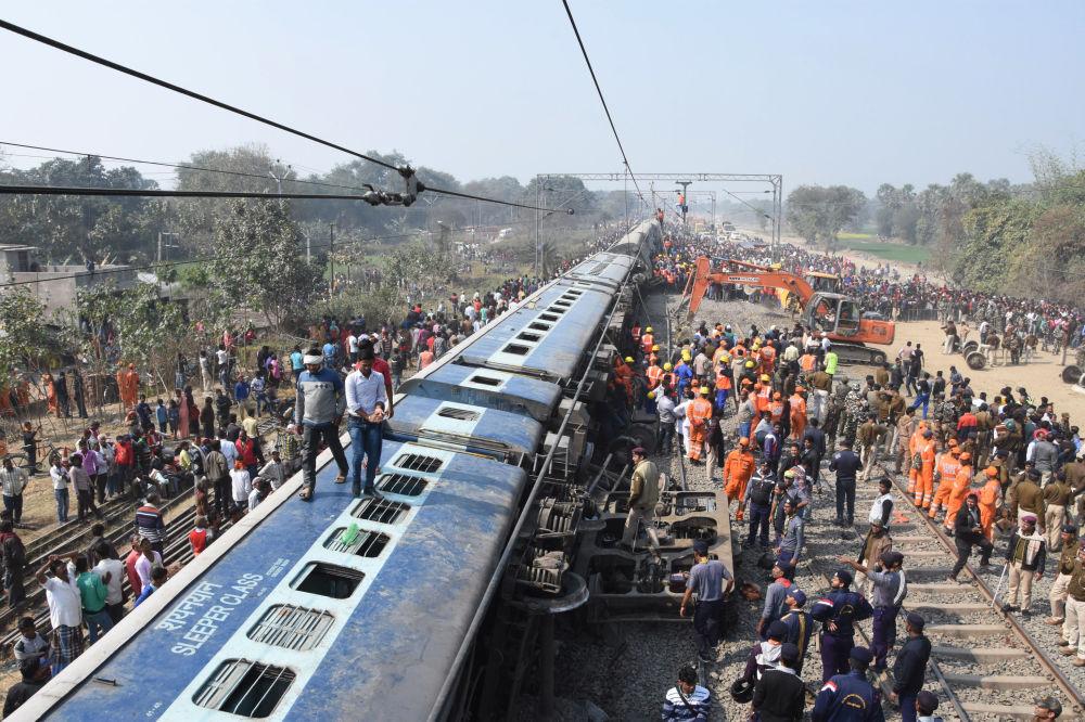 Treno uscito dalle rotaie a Hajipur, India.