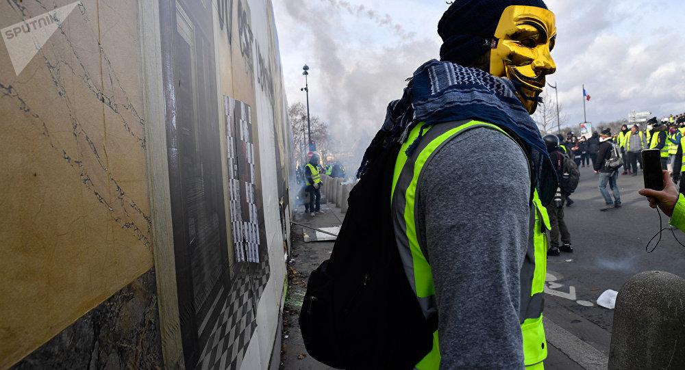 Parigi, i gilet gialli saccheggiano gioielleria Bulgari di Champs Elysees