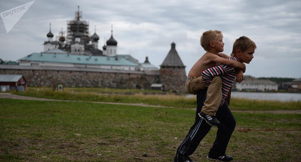 Isole Solovetskiye - ragazzini giocano di fronte al monastero