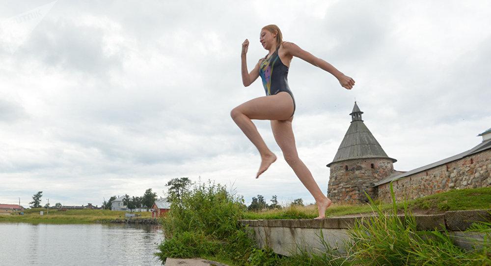 Solovetskiye - isola principale, ragazza si tuffa nelle acque del Mar Bianco