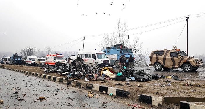 Soldati indiani esaminano il luogo dell'attentato a Lethpora in Kashmir.