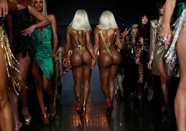 Sorelle Clermont Twins alla mostra della collezione The Blonds alla New York Fashion Week.