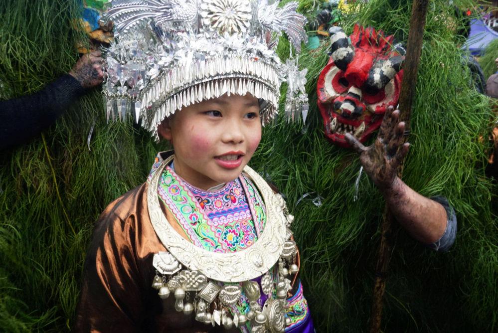 Bambina del popolo Miao con il costume etnico al festival di Liuzhou, Cina.